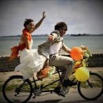familie tineri pe bicicleta